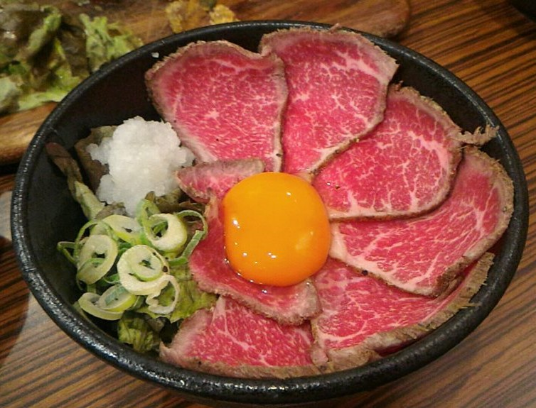 難波にある肉タレ屋のローストビーフ丼