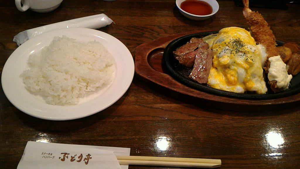 梅田にあるぶどう亭のハンバーグステーキ海老フライ定食