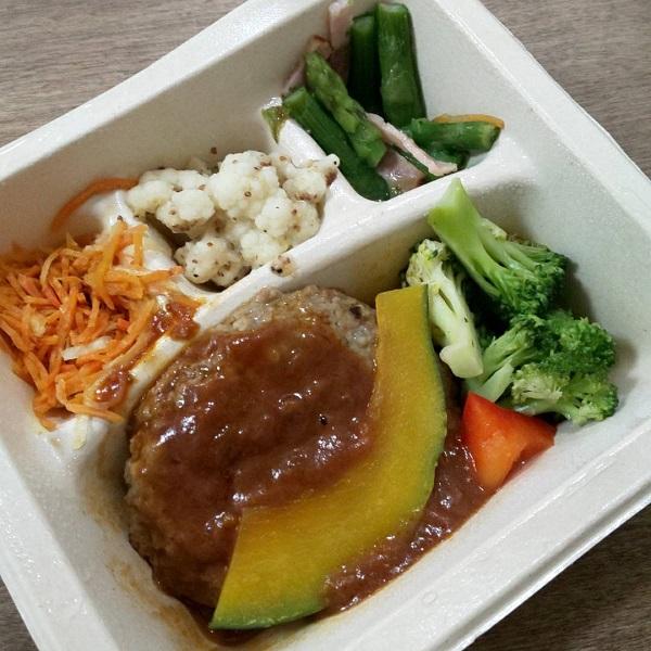 ナッシュ弁当のハンバーグと温野菜のデミ